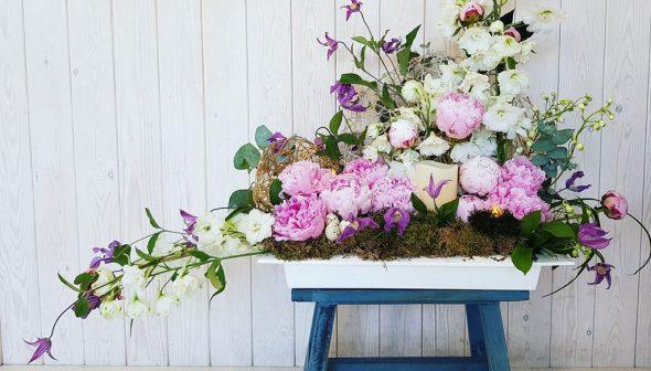 Imagen: Detalle de decoración floral con banqueta - Bodas y Flores