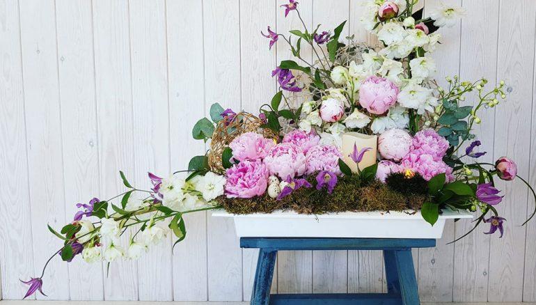Деталь растительного декора со скамейкой - Свадьба и цветы