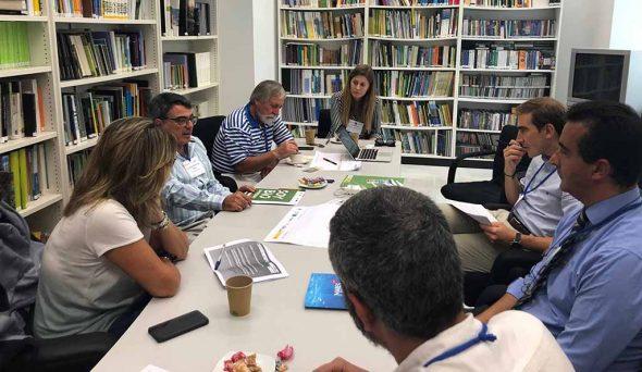 Imatge: Gabriel Martínez en reunió al costat d'altres participants
