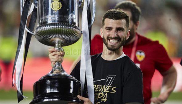Imatge: José Luis Gayá amb el trofeu de la Copa del Rei