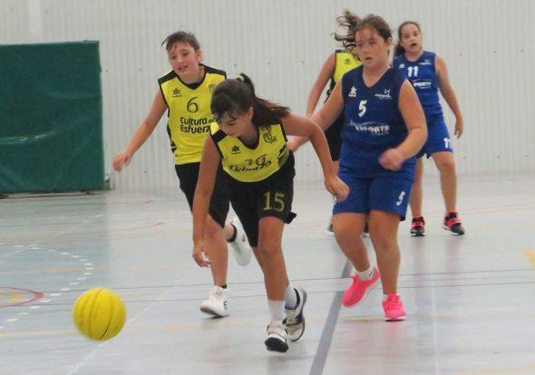 Imagen: Jugadora alevín dianense botando la pelota