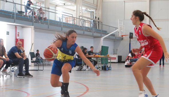 Imatge: Jugadora de l'Dénia Bàsquet botant la pilota