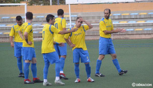 Imatge: Jugadors del CD Dénia abans d'un partit