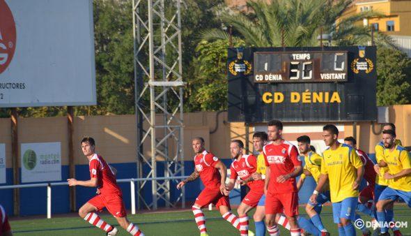 Imatge: Jugadors del CD Dénia preparats per a la rematada