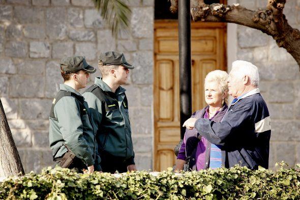 Imatge: La Guàrdia Civil atén uns ciutadans
