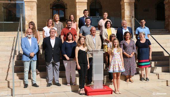 Immagine: i Falleras Mayores posano accanto ai consiglieri
