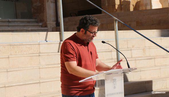 Immagine: Oscar Mengual che legge Tirant lo Blanc