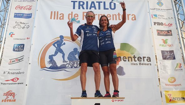 Image: Quique Romany and Elisa García on the podium of the Formentera triathlon