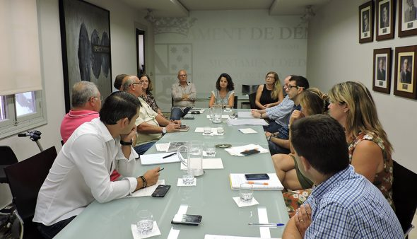 Image: Representatives of each municipal group meeting with Rosa de los Ríos