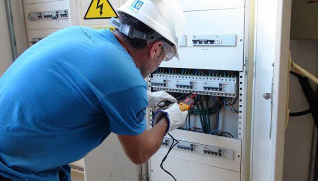 Treballs elèctrics professionals en comunitats i naus industrials - Ibrolux