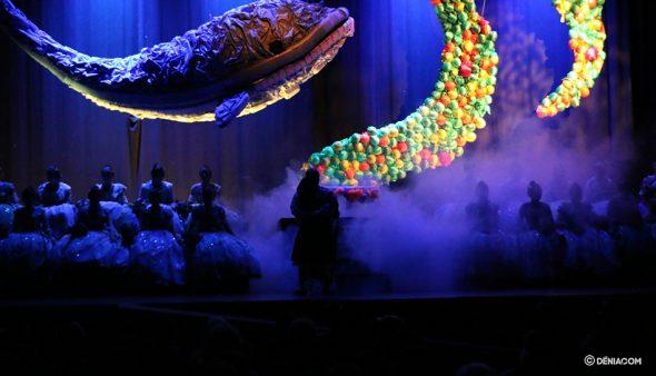 Imatge: Una balena de plàstic va presidir l'acte