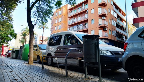 Image: New banks and wastebaskets in Alicante Avenue in Dénia