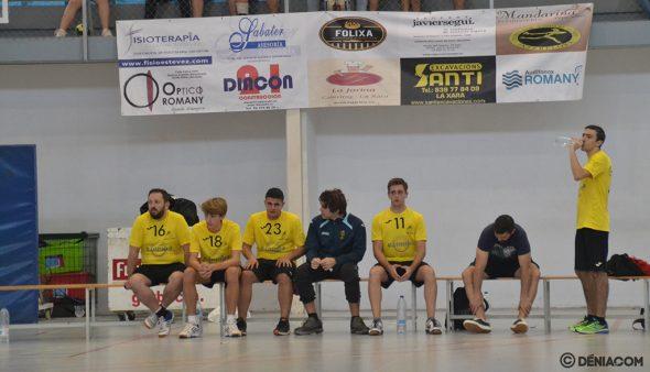 Изображение: скамейка Гарби Дения во время матча
