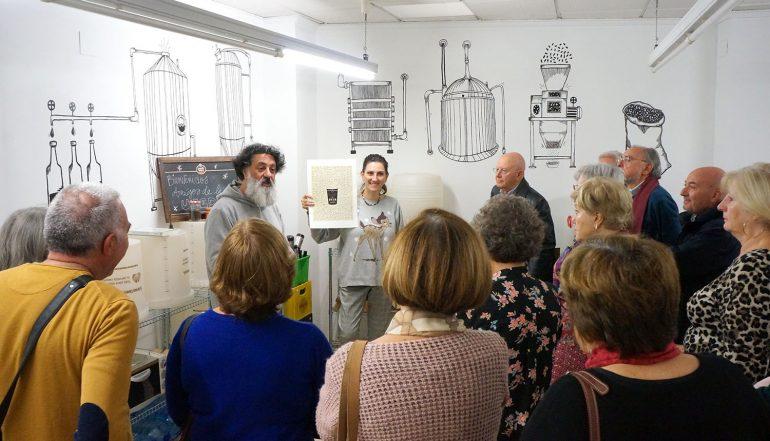 El alumnado Senior de UNED aprende el arte tras la elaboración de cerveza