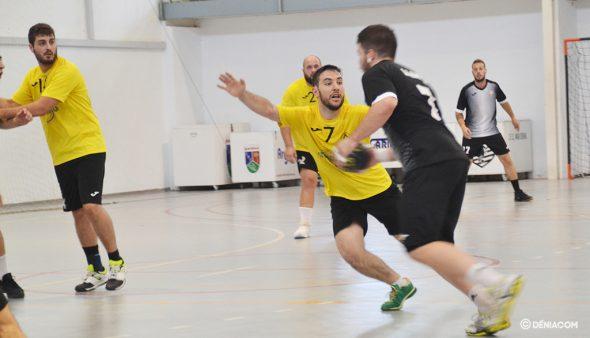 Imagen: Emilio Landete defendiendo a un rival