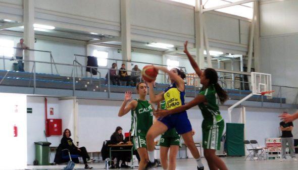 Bild: Eintritt in den Korb eines Junioren Dénia Basketball