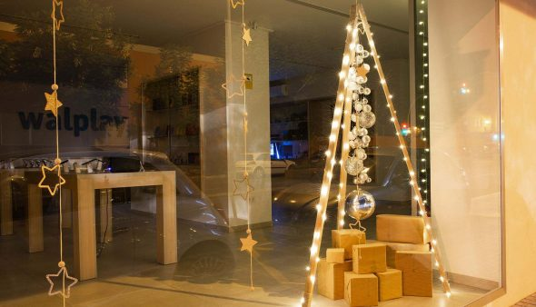 Immagine: vetrina Dianense con motivi natalizi