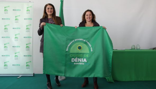 Image: The Councilor for Ecological Transition receives the green flag