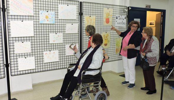 Imatge: Residents de Santa Llúcia exposen les seves obres