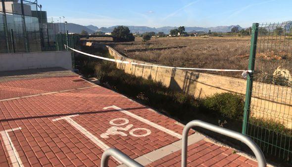 Imatge: Una cinta de seguretat separa el pàrquing de l'baranco