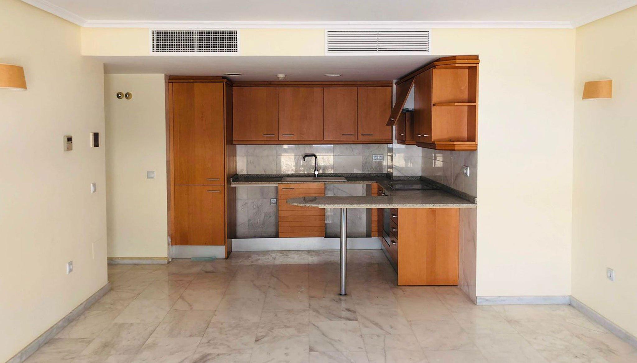 Cuina oberta en un pis de dos dormitoris a Moraira - Mare Nostrum Immobiliària