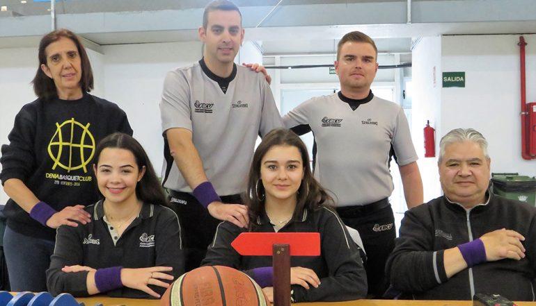 Delados, Tisch und Schiedsrichter des Dénia Basketballspiels