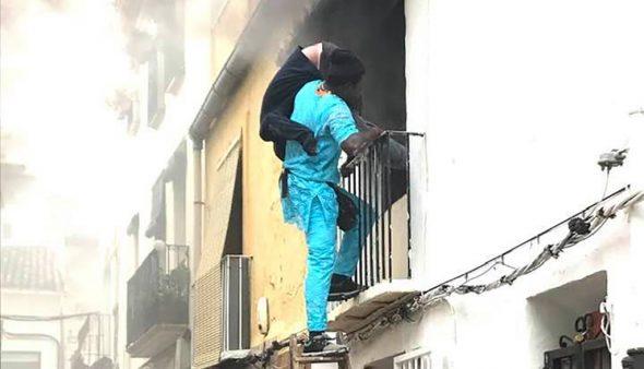 Изображение: свидетель спасает своего соседа от огня