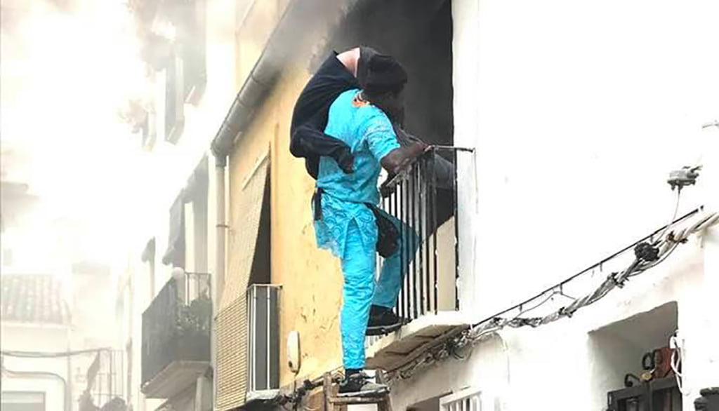 The witness saves his neighbor from the flames
