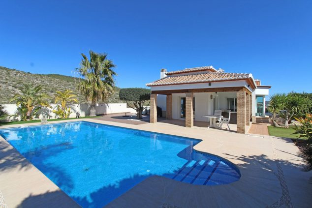 Imatge: Façana i piscina d'una casa de lloguer per a sis persones - Aguila Rent a Vila