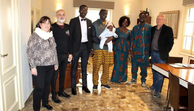 Imagen: Lamine y su familia junto al alcalde y concejales