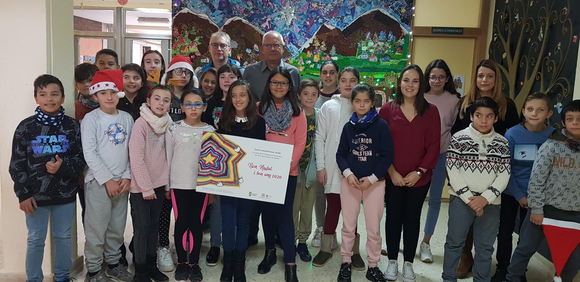 Marina Bermejo junto a sus compañeros y la tarjeta ganadora