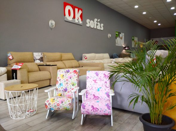 Imatge: Ok Sofàs - Taula de decoració i balancins infantils