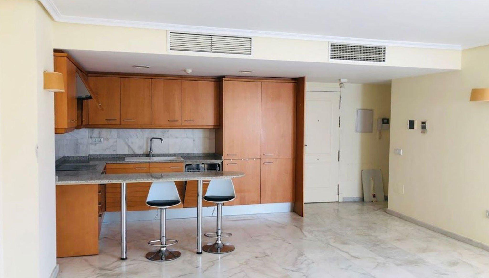 Saló amb cuina en pis de tres dormitoris a Moraira - Mare Nostrum Immobiliària