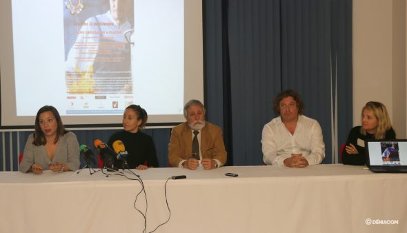 Imagen: Trabajadoras del Centro Les Rotes agradeciendo el evento