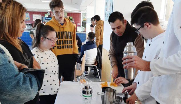 Imagen: Alumnos haciendo zumos
