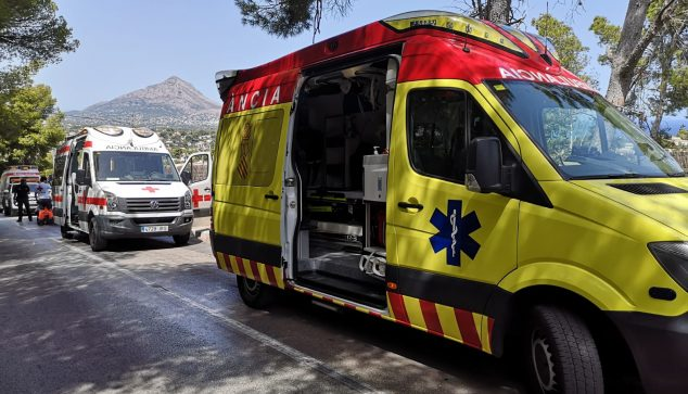 Immagine: ambulanza SAMU di fronte all'ambulanza della Croce Rossa