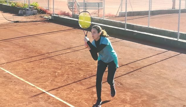 Image: Ana Caselles hitting the ball