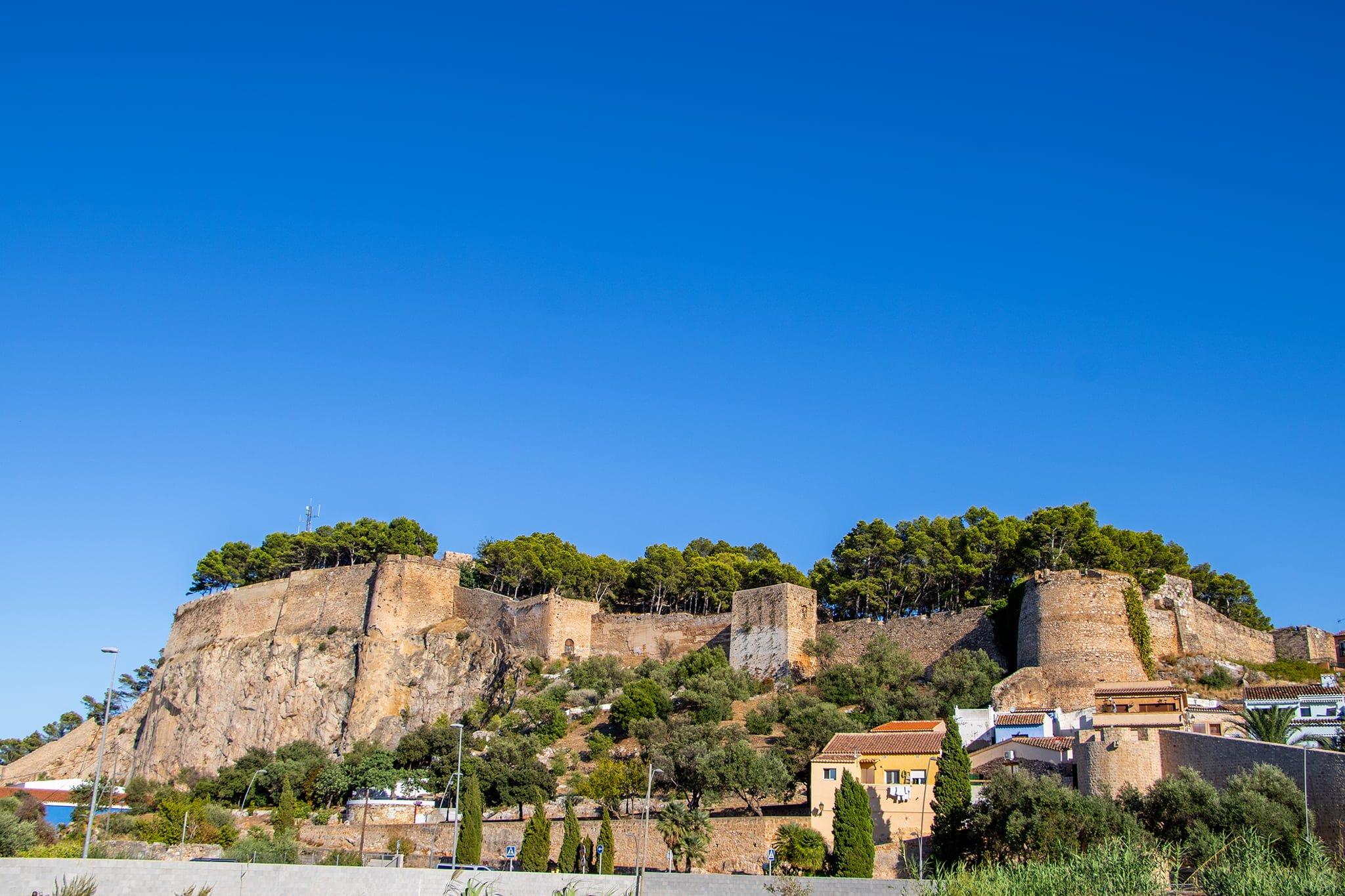 El Castillo de Dénia visto desde la avenida Miguel Hernández