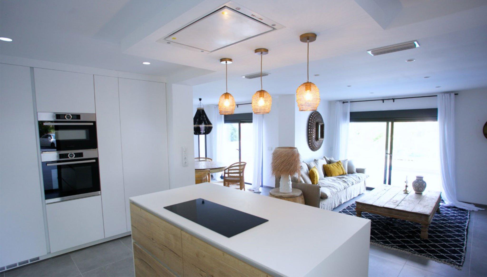 Volledig ingerichte keuken met centraal eiland in een luxe villa - Fine & Country Costa Blanca Noord