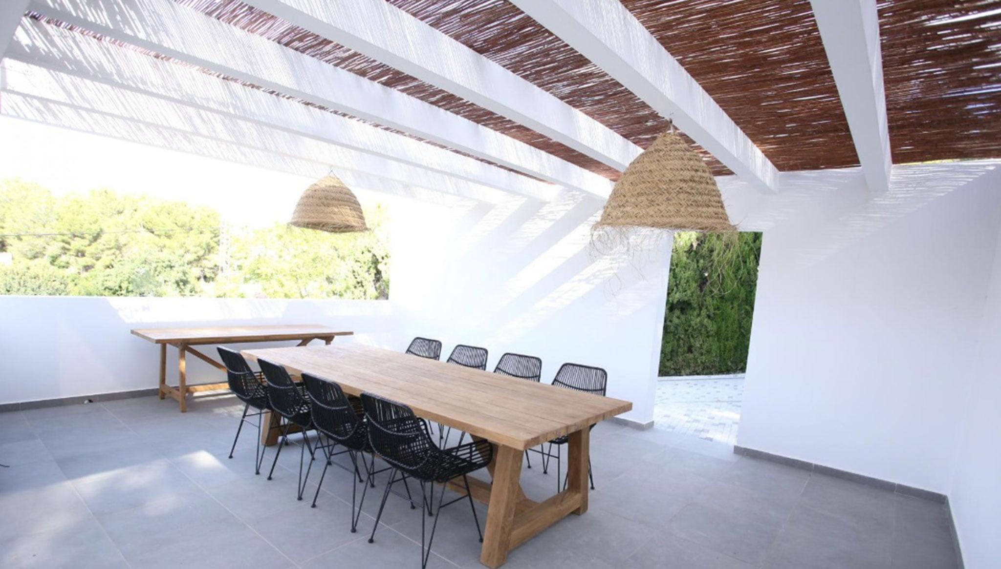 Eetkamer buiten onder een pergola - Fine & Country Costa Blanca Noord