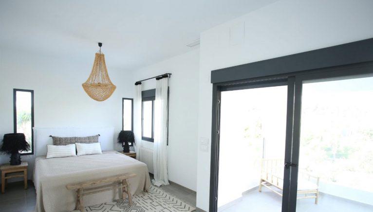 Een van de vier slaapkamers van een luxe villa in Moraira - Fine & Country Costa Blanca Noord