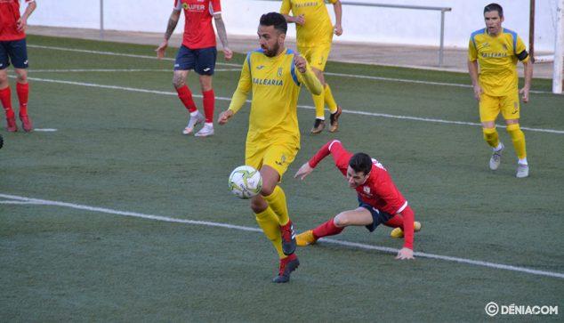 Imagen: El dianense Santafé con el balón