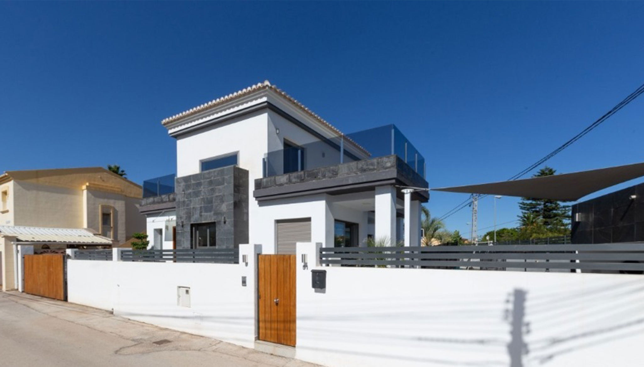 Extérieur d'une villa de luxe aux lignes modernes - MLS Dénia Inmobiliarias