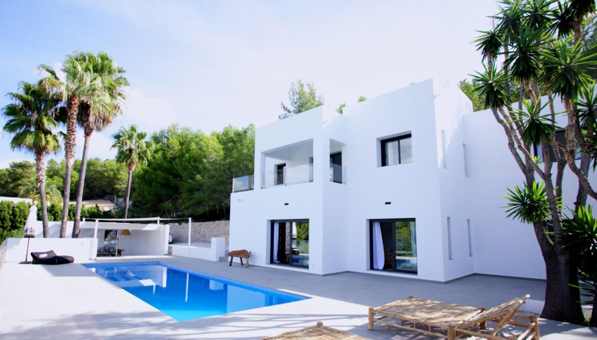 Witte gevel van een luxe villa in Ibiza-stijl - Fine & Country Costa Blanca Noord