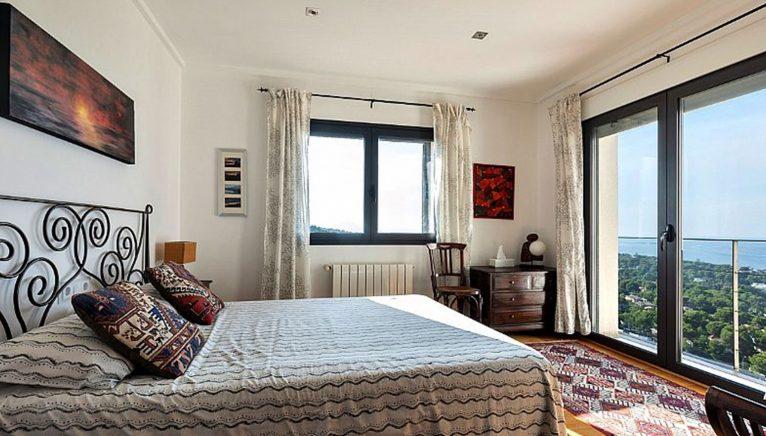 Una de les cinc habitacions d'una vila exclusiva en les Rotes - Euroholding