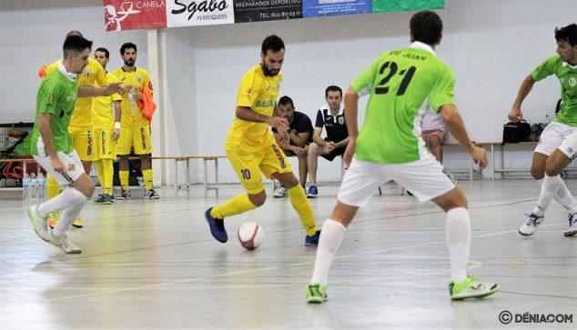 Imagen: Juanjo rodeado de jugadores del ETB Calvía