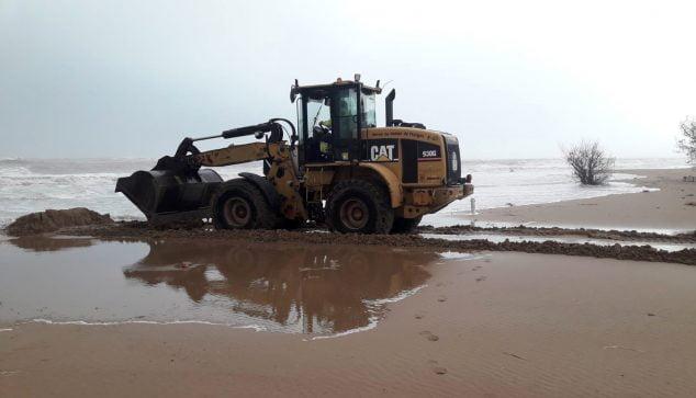 Изображение: лопата работает на пляже