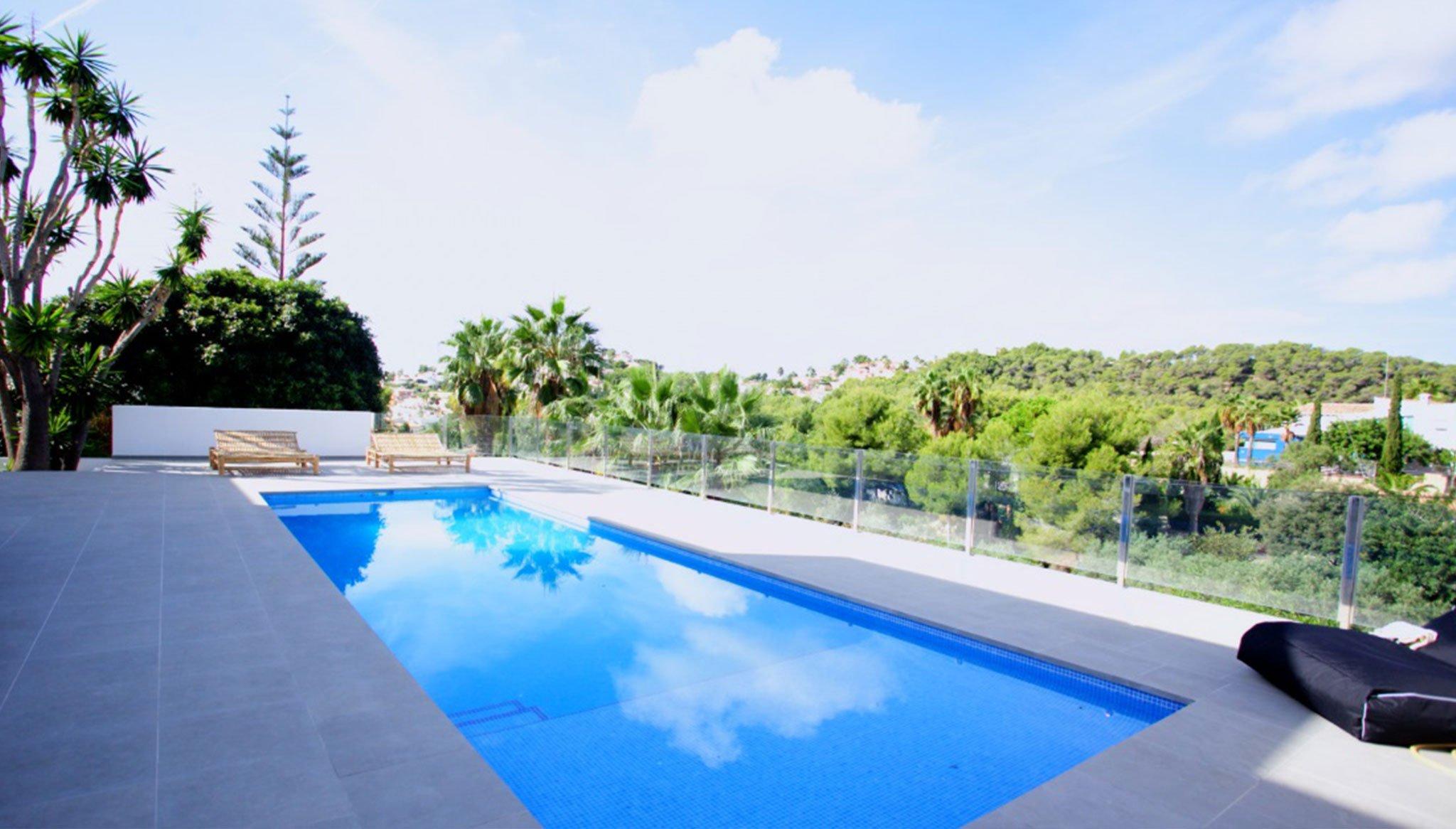 Kindvriendelijk zwembad in een luxe villa te koop in Moraira - Fine & Country Costa Blanca Noord