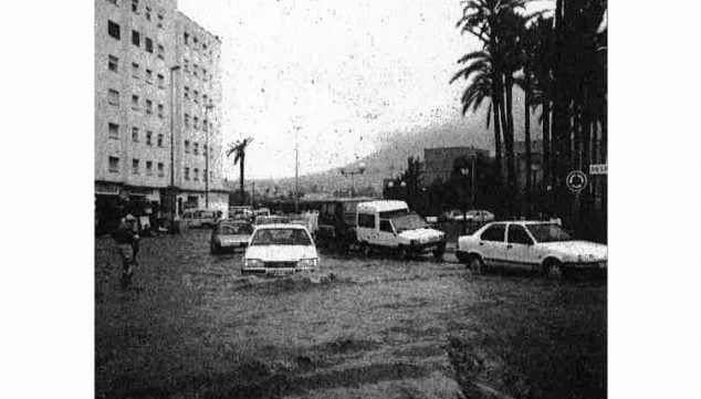 Image: View of the Jaume I Square in 1988 during a storm episode (Photo: Diario Información, December 21, 1990)