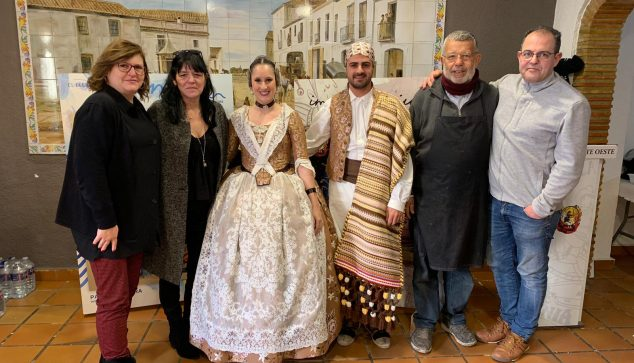 Image: President and Fallera Mayor with the artists